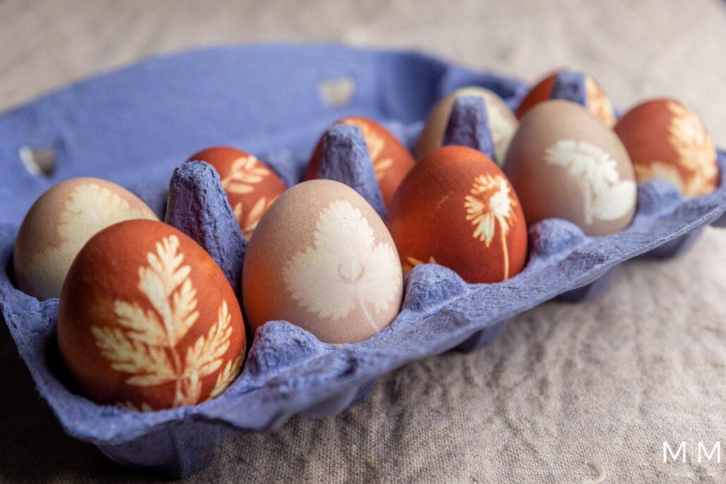 doosje met natuurlijk geverfde eieren